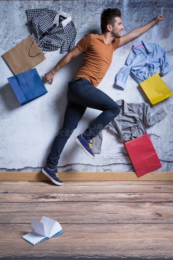 Szczęśliwy mężczyzna z torba na zakupy zdjęcie royalty free