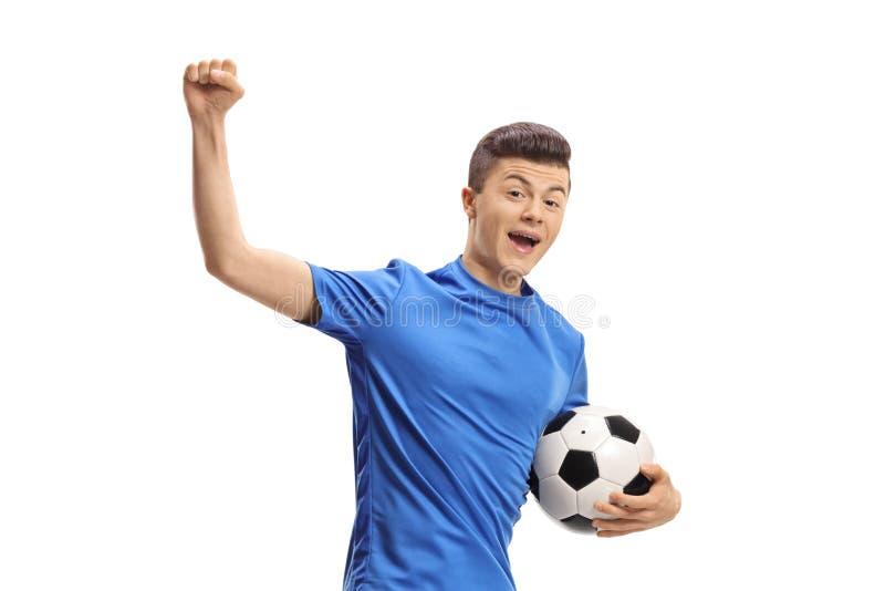 Szczęśliwy męski gracz piłki nożnej doskakiwanie obrazy royalty free