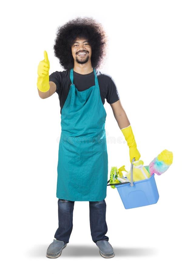 Szczęśliwy męski janitor pokazuje aprobaty na studiu zdjęcia stock