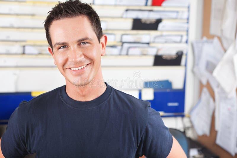 szczęśliwy męski mechanik fotografia stock
