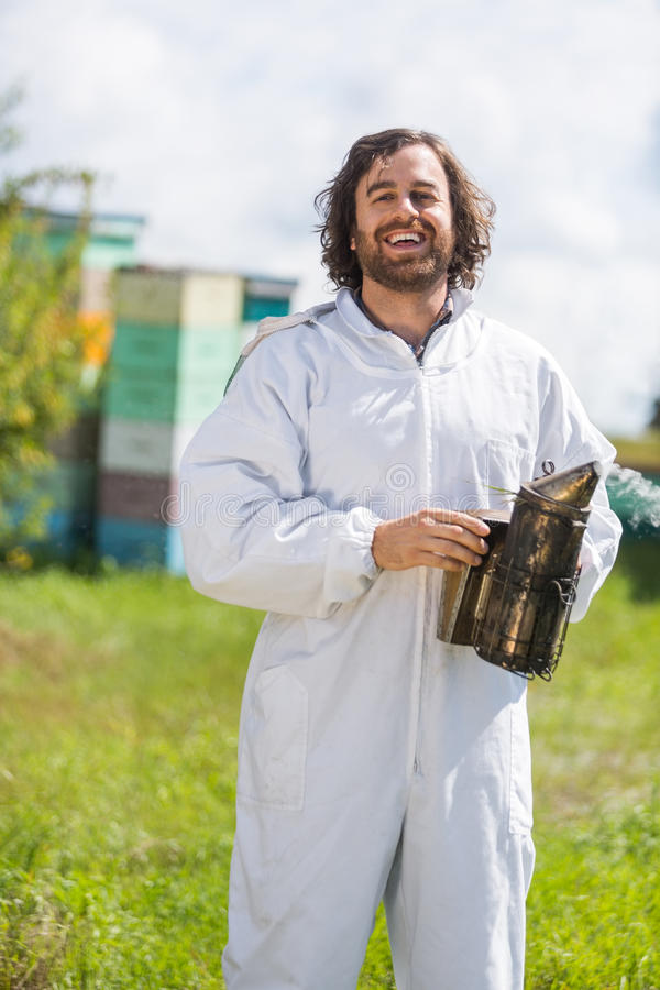 Szczęśliwy Męski pszczelarki mienia palacz zdjęcia stock