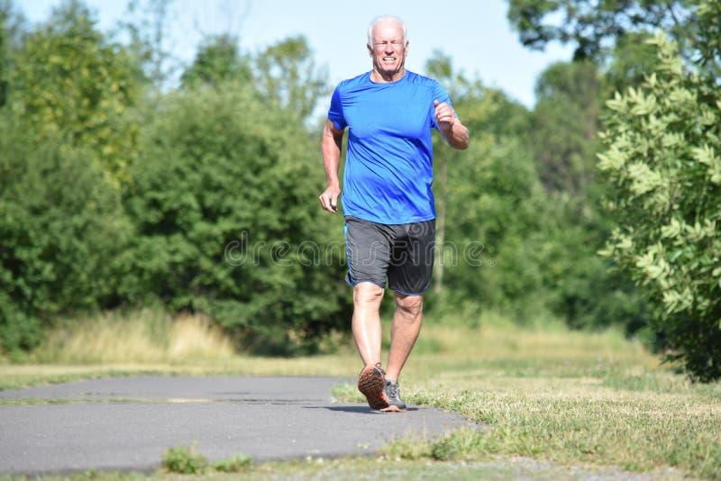 Szczęśliwy Męski Starszy mężczyzna Jest ubranym Sneakers Ćwiczyć fotografia stock