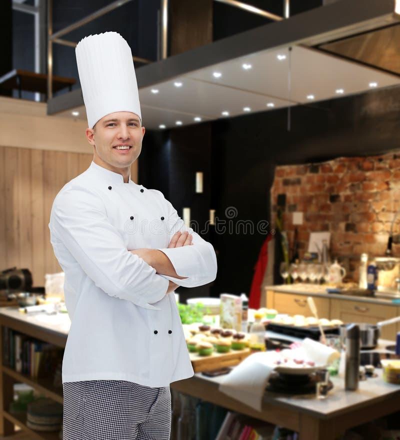 Szczęśliwy męski szefa kuchni kucharz z krzyżować rękami fotografia stock