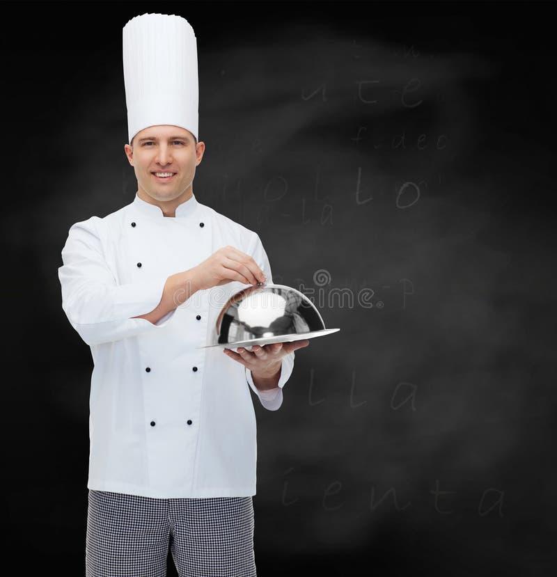Szczęśliwy męski szefa kuchni kucharza mienia cloche zdjęcia stock