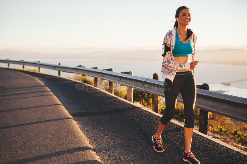 Szczęśliwy młoda kobieta bieg na wiejskiej drodze obraz royalty free