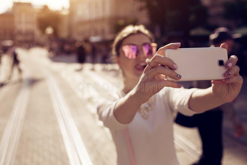 Szczęśliwy młoda kobieta turysta bierze selfie w starym mieście plażowi Formentera wyspy kobiety potomstwa Wakacje i wakacje poję zdjęcia stock
