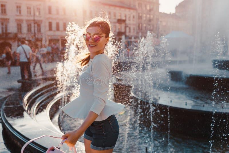 Szczęśliwy młoda kobieta turysta ma zabawę w mieście fontanną twój wakacje rodzinny szczęśliwy lato wokoło podróżnego światu zdjęcie stock