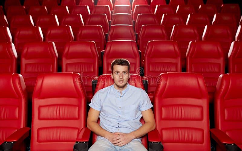 Szczęśliwy młodego człowieka dopatrywania film w teatrze zdjęcia royalty free
