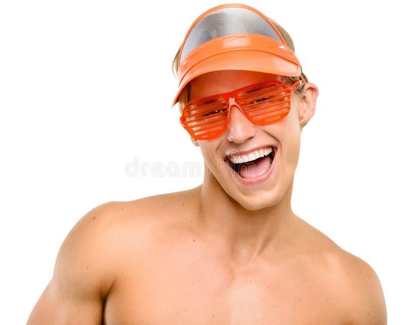 Szczęśliwy młodego człowieka ono uśmiecha się odizolowywam na białym tle zdjęcie stock