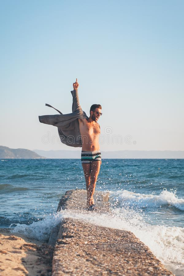 Szczęśliwy młodego człowieka taniec na doku zdjęcia stock