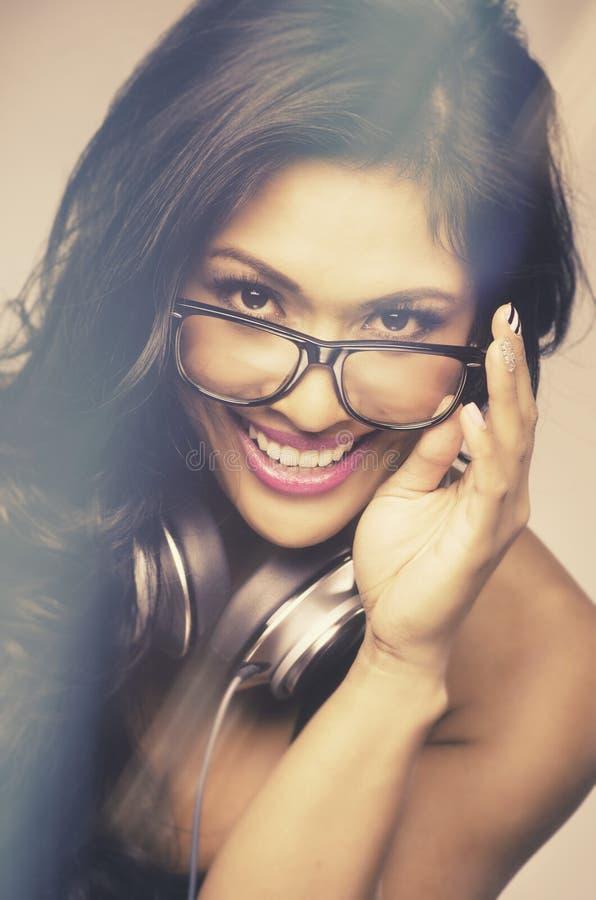 Szczęśliwy młodej kobiety ono uśmiecha się zdjęcie royalty free