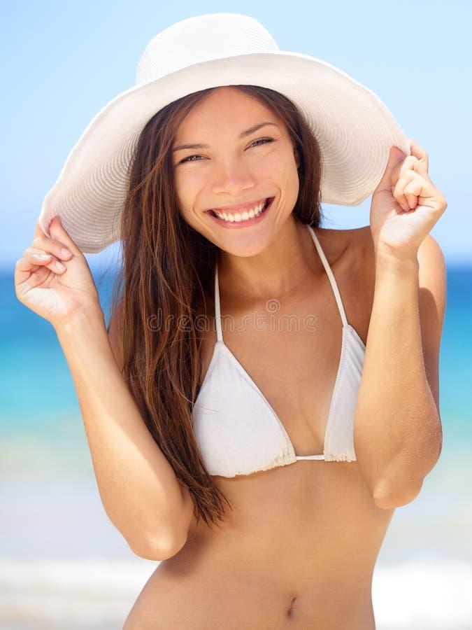 Szczęśliwy młodej kobiety plaży portret zdjęcie royalty free