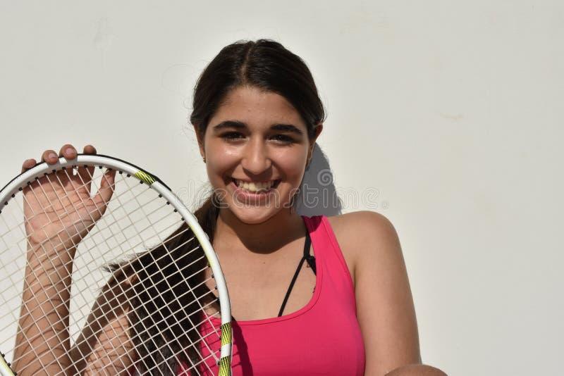 Szczęśliwy Młodociany dziewczyna nastolatka gracz w tenisa obraz royalty free