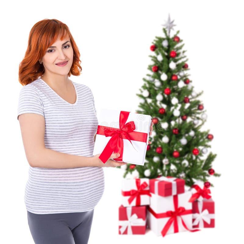 Szczęśliwy młody ładny kobieta w ciąży z prezenta pudełkiem tr i bożymi narodzeniami fotografia royalty free