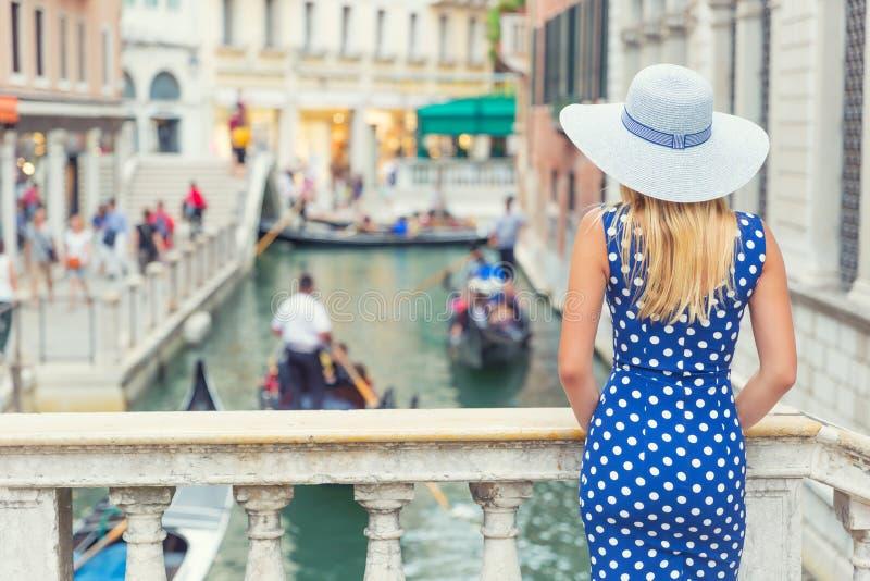 Szczęśliwy młody atrakcyjny kobiety mody model Venice Italy w błękitnym polki kropki stroju obraz royalty free