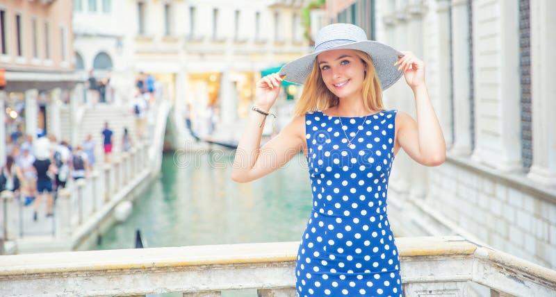 Szczęśliwy młody atrakcyjny kobiety mody model Venice Italy w błękitnym polki kropki stroju obrazy royalty free