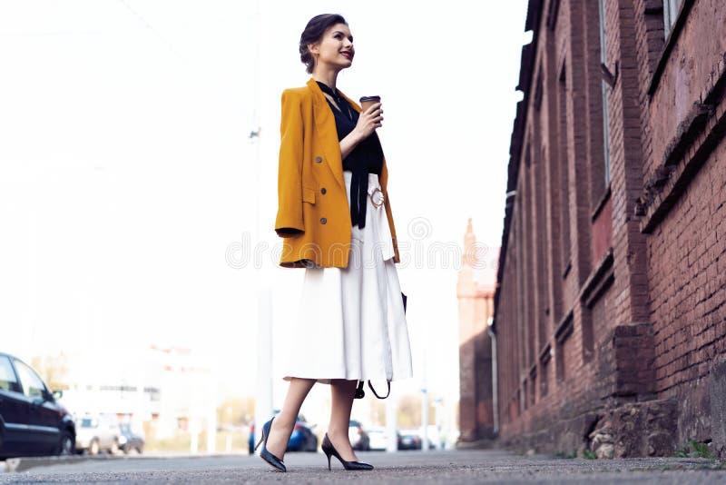 Szczęśliwy młody biznesowej kobiety odprowadzenie na ulicie fotografia royalty free
