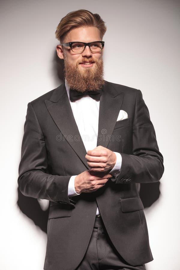 Szczęśliwy młody biznesowy mężczyzna załatwia jego guzik zdjęcia stock