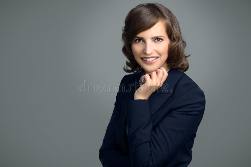 Szczęśliwy Młody bizneswoman ono Uśmiecha się przy kamerą fotografia stock