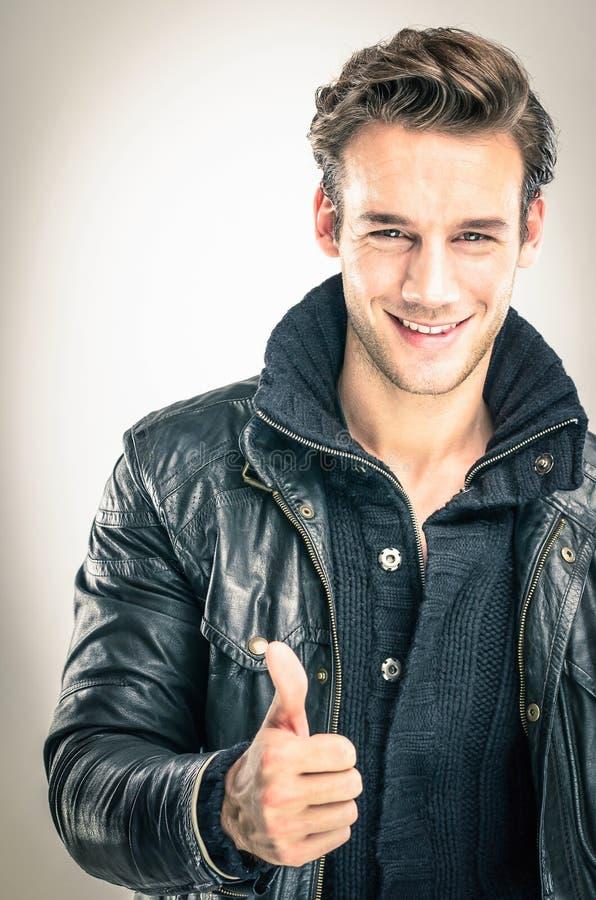 Szczęśliwy młody człowiek - aprobata gest fotografia royalty free