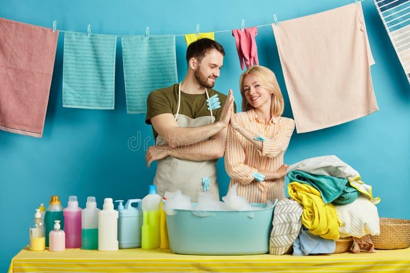 Szczęśliwy młody człowiek i kobieta daje wysokości pięć i ono uśmiecha się fotografia royalty free