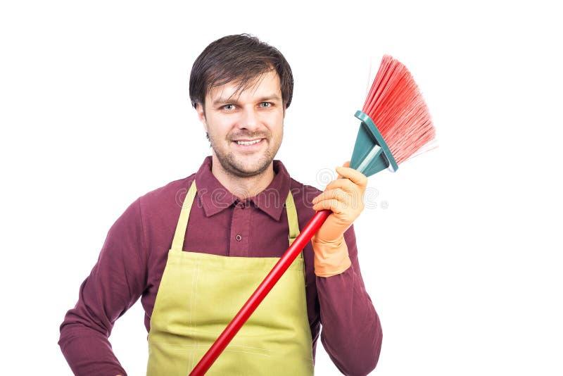 Szczęśliwy młody człowiek trzyma zakres z fartuchem i rękawiczkami, przygotowywającego fotografia royalty free