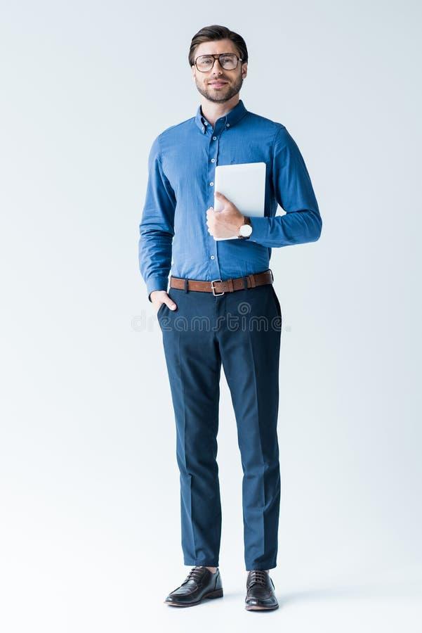 szczęśliwy młody człowiek w eleganckim odziewa z pastylką obrazy stock