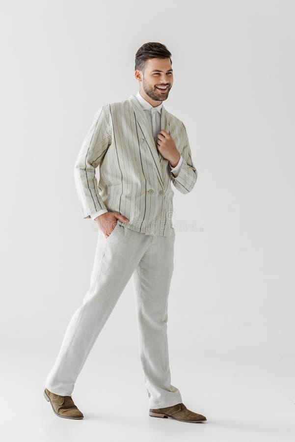 szczęśliwy młody człowiek w rocznika eleganckim kostiumu zdjęcia stock
