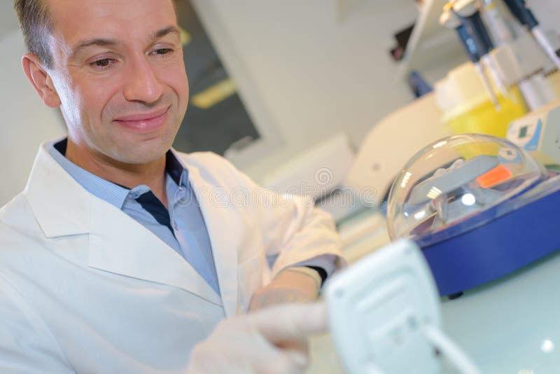 Szczęśliwy młody męski badacz pracuje w lab zdjęcia royalty free