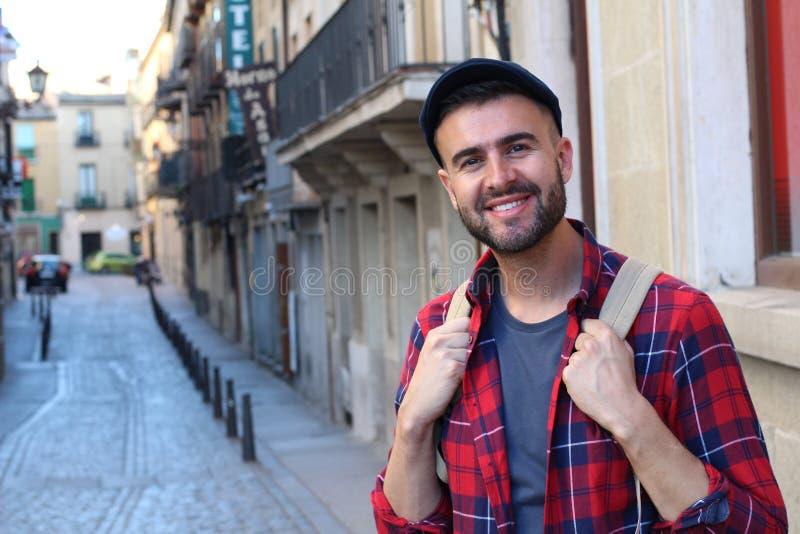 Szczęśliwy młody męski kłoszenie uniwersytet w Europa zdjęcia royalty free