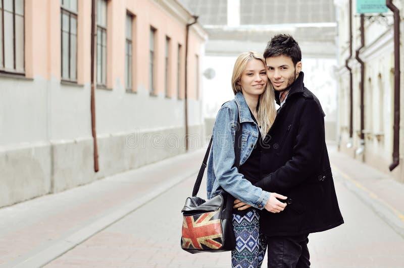 Szczęśliwy młody modniś pary portret obraz stock