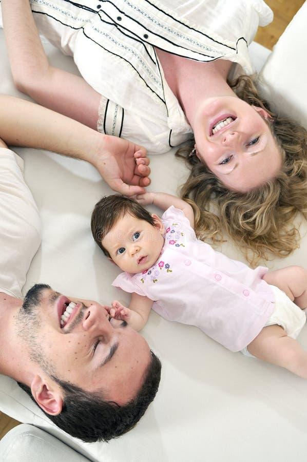 Szczęśliwy młody rodzinny portret zdjęcia royalty free