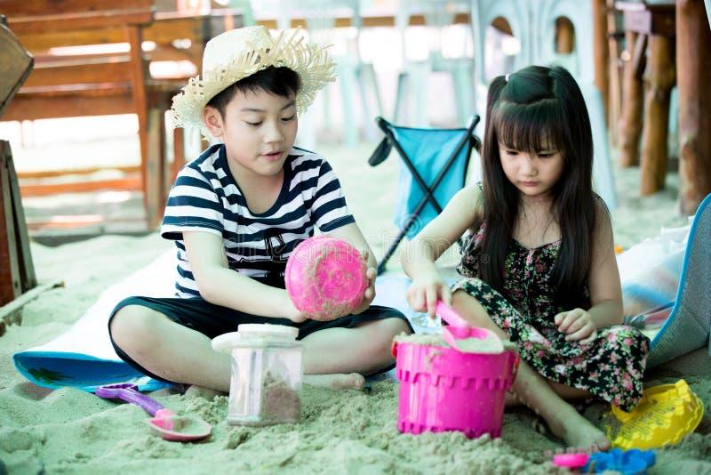Download Szczęśliwy Małe Dziecko Bawić Się Na Tropikalnej Plaży Zdjęcie Stock - Obraz złożonej z joyce, dzieciak: 53779634