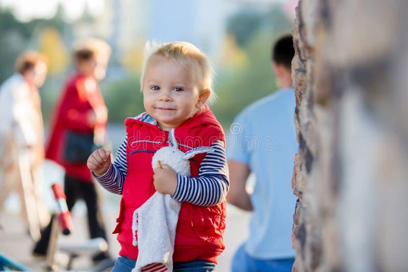 Szczęśliwy małe dziecko, chłopiec śmia się i bawić się z koić, fotografia royalty free