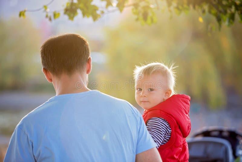 Szczęśliwy małe dziecko, chłopiec śmia się i bawić się z koić, zdjęcia stock