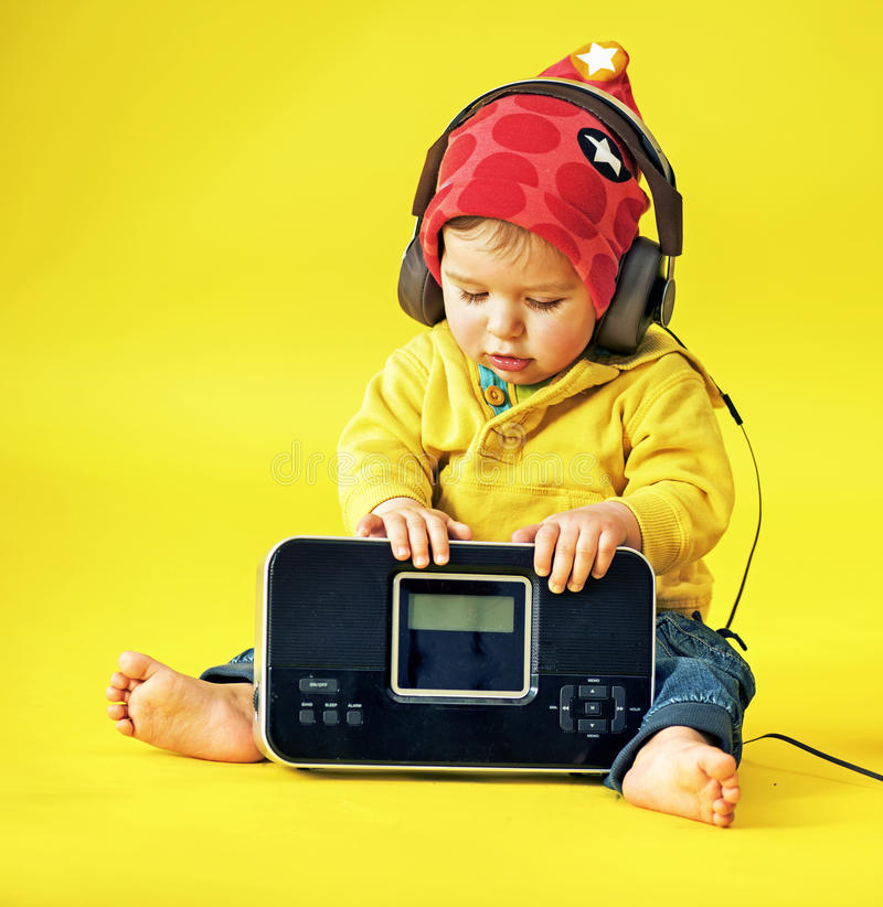 Szczęśliwy małe dziecko jest ubranym hełmofony zdjęcia stock