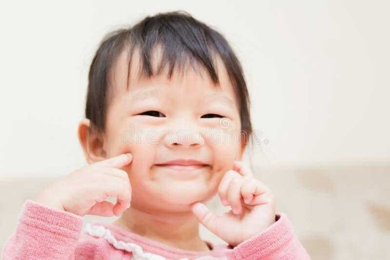 szczęśliwy małe dziecko ono uśmiecha się po tym jak budzi się i bawić się nad łóżkiem w zrelaksowanym ranku zdjęcia stock