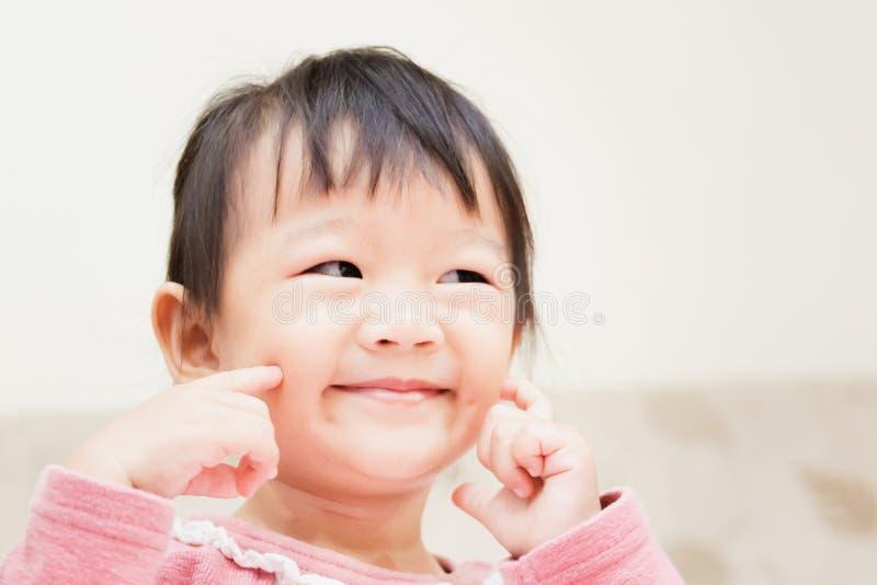 szczęśliwy małe dziecko ono uśmiecha się po tym jak budzi się i bawić się nad łóżkiem w zrelaksowanym ranku zdjęcie royalty free
