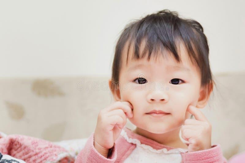 szczęśliwy małe dziecko ono uśmiecha się po tym jak budzi się i bawić się nad łóżkiem w zrelaksowanym ranku obraz royalty free