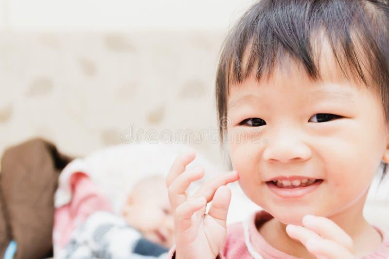 szczęśliwy małe dziecko ono uśmiecha się po tym jak budzi się i bawić się nad łóżkiem w zrelaksowanym ranku zdjęcia royalty free