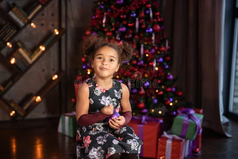 szczęśliwy małe dziecko z prezentami, choinka i światła obrazy stock