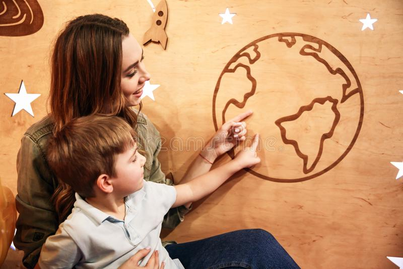 Szczęśliwy małe dziecko zabawę z jego matką obraz royalty free