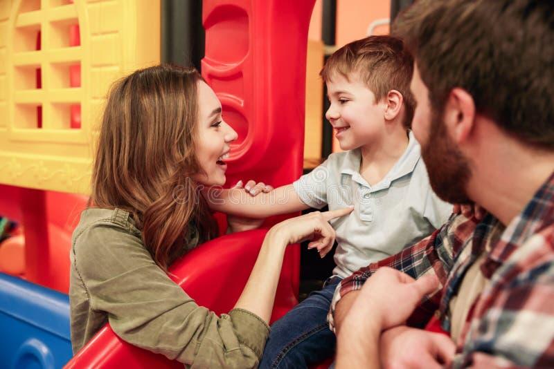 Szczęśliwy małe dziecko zabawę z jego rodzicami obraz stock