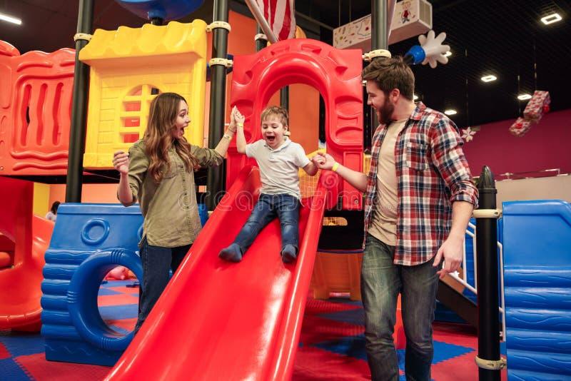 Szczęśliwy małe dziecko zabawę z jego rodzicami zdjęcie stock