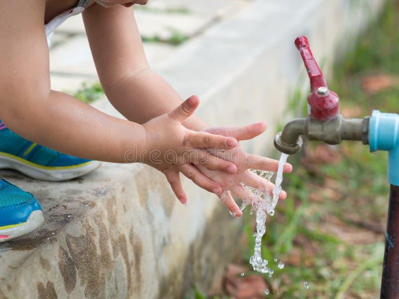 Szczęśliwy małego dziecka obmycie ręka Cleaning, płuczkowy pojęcie zdjęcia stock
