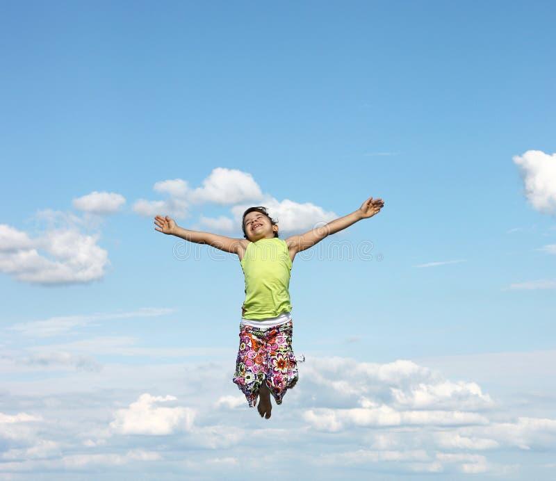 Szczęśliwy małej dziewczynki latanie obrazy royalty free