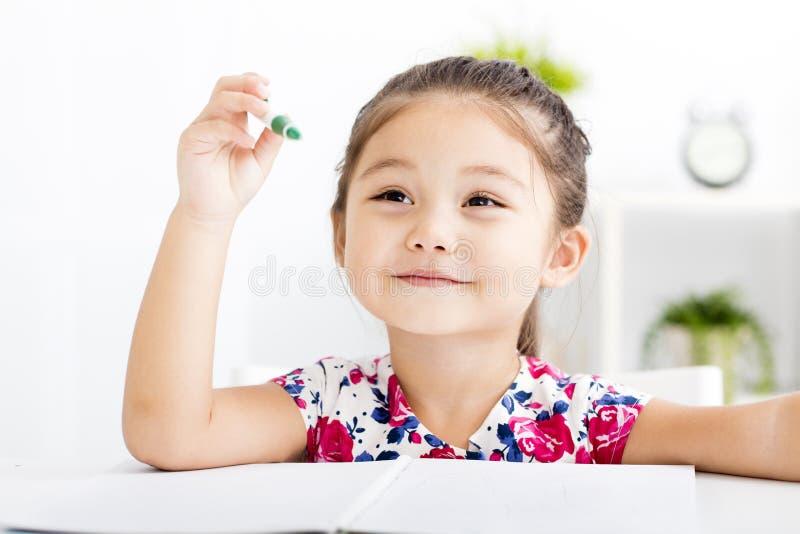 Szczęśliwy małej dziewczynki writing w notatniku fotografia stock