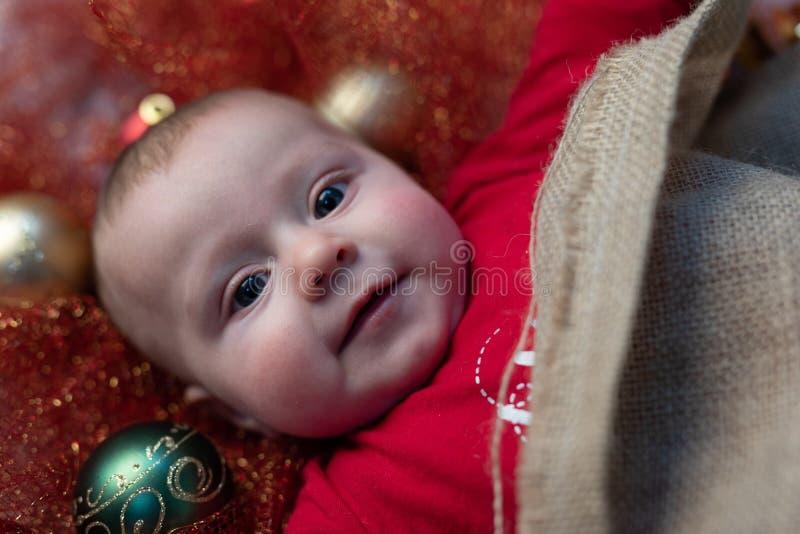Szczęśliwy mały Bożenarodzeniowy dziecko z kolorowymi baubles fotografia stock