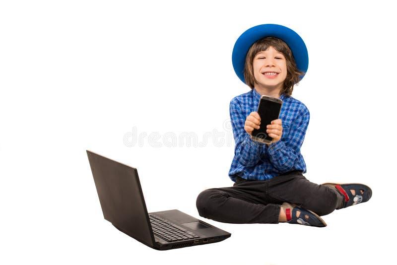 Szczęśliwy mały wykonawczy pokazuje smartphone zdjęcie stock