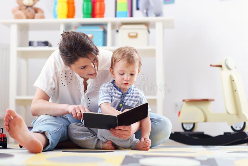 Szczęśliwy macierzysty bawić się z chłopiec w domu zdjęcie stock